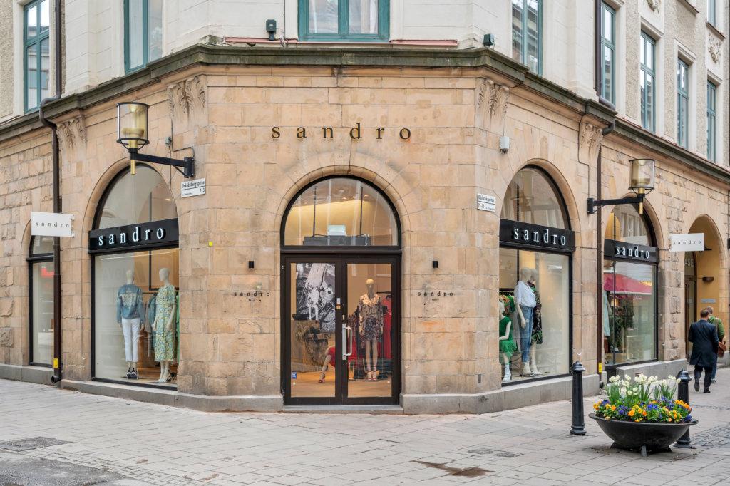 8c43d9f0d3e Sandro grundades 1984 av Evelyne Chetrite, som fortfarande är modehusets  creative director. Designen utgår från den moderna och sofistikerade  kvinnan, ...